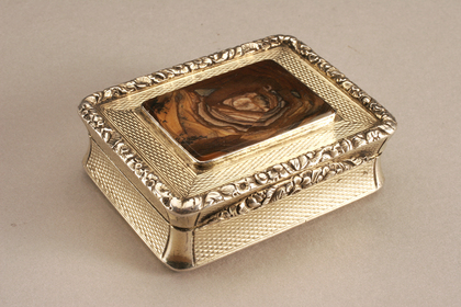 Silvergilt Snuffbox with agate lid